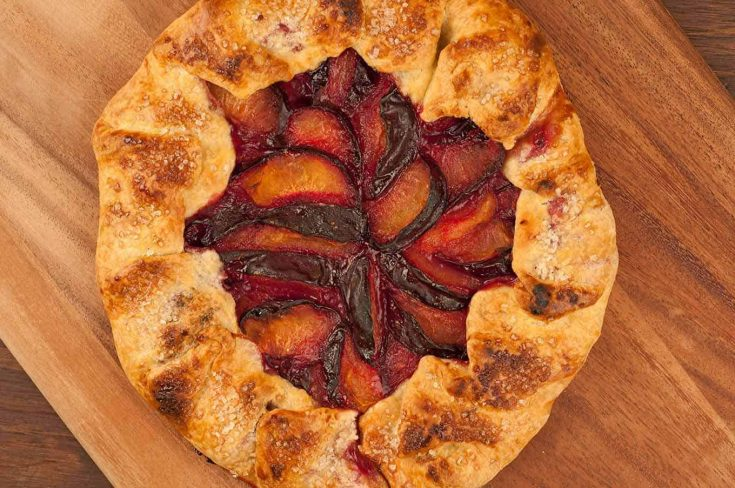 Flaky pastry dough and fresh black plums combine to make a delicious, rustic dessert that's versatile and very easy to prepare. #galette #plumgalette #plumdessert #frenchdessert