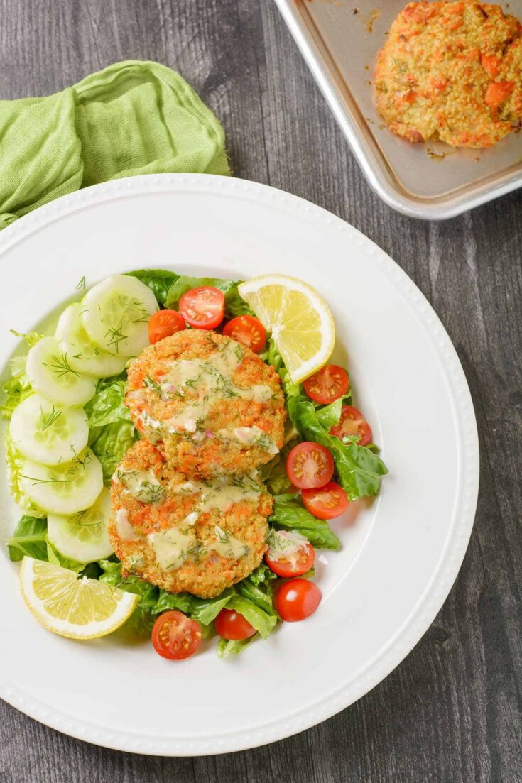 High in protein and low in carbs, these healthy salmon quinoa patties are flavored with lemon and fresh dill and baked to crispy perfection. #salmon #quinoa #recipe